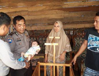 Polisi Santuni Bayi Penderita Cheiloschisis di Desa Sapugara Bree