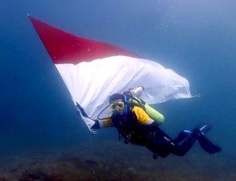 Merah Putih Berkibar di Bawah Laut Perairan Sumbawa Barat